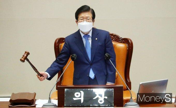 [머니S포토] 국회 대정부 질문 첫날, 개회 알리는 박병석 의장