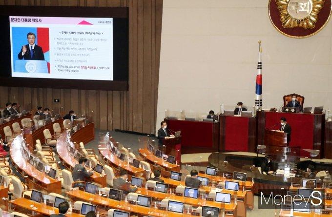 [머니S포토] 文 대통령 국민 대통합 관련 질의받는 김부겸 총리