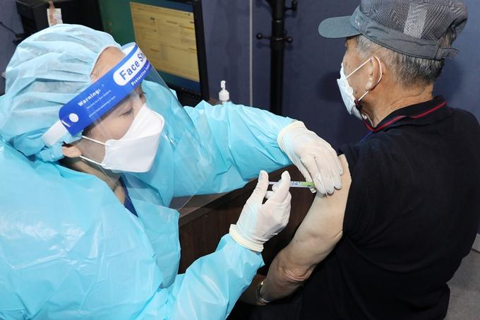 아스트라제네카(AZ) 백신 사전 예약이 23일 0시부터 시작된다. 예약 대상자는 앞서 사전 예약이 취소된 고령자 및 만성 중증 호흡기 질환자다. 사진은 지난 21일 대구 성서산업단지 다목적체육관에 마련된 예방접종센터에서 백신을 접종 받는 시민의 모습. /사진=뉴스1