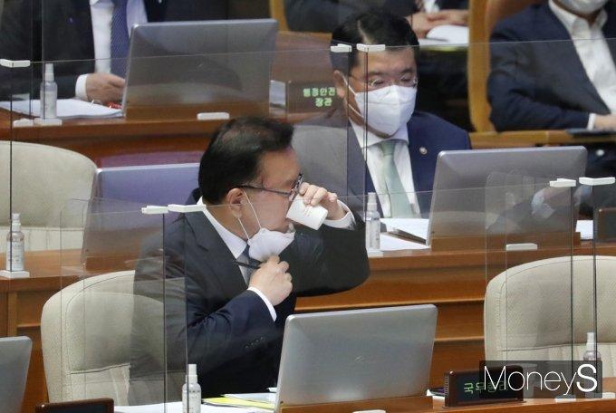 [머니S포토] 대정부 질문 후 목축이는 '김부겸'