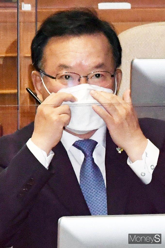 [머니S포토] 대정부 질문 출석한 '김부겸'