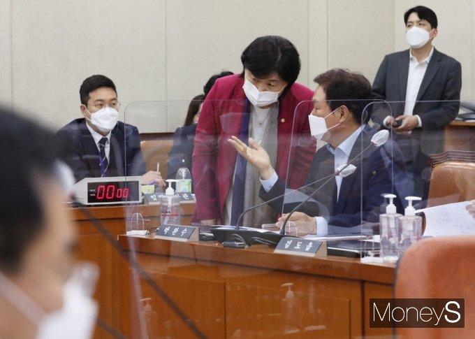 [머니S포토] 국회 행안위, 의견 나누는 서영교·박완수
