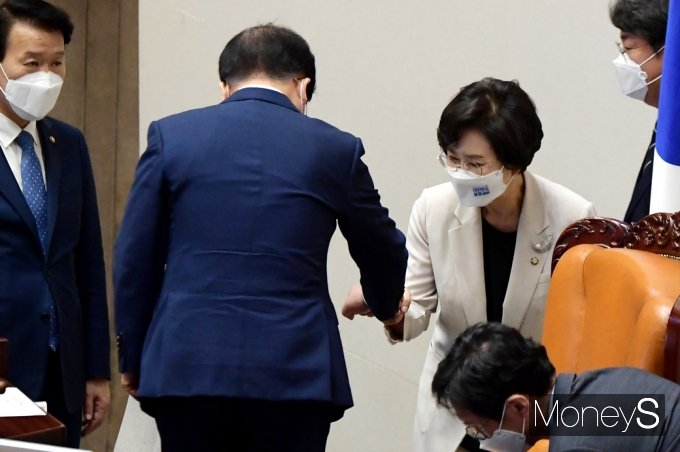[머니S포토] 국회 대정부 질문, 교대하는 김상희 부의장