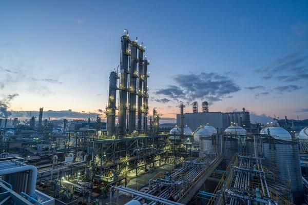 금호석유화학이 2560억원을 투자해 NB라텍스 생산능력을 24만톤 늘린다. 금호석유화학 울산고무공장 야경. /사진=금호석화