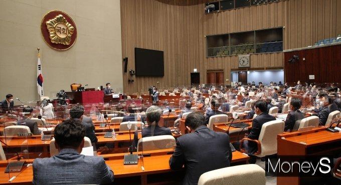 더불어민주당이 22일 의원총회를 열어 대선 경선 연기 등을 논의했다. 사진은 민주당 의원들이 총회에 참석한 모습. /사진=장동규 기자