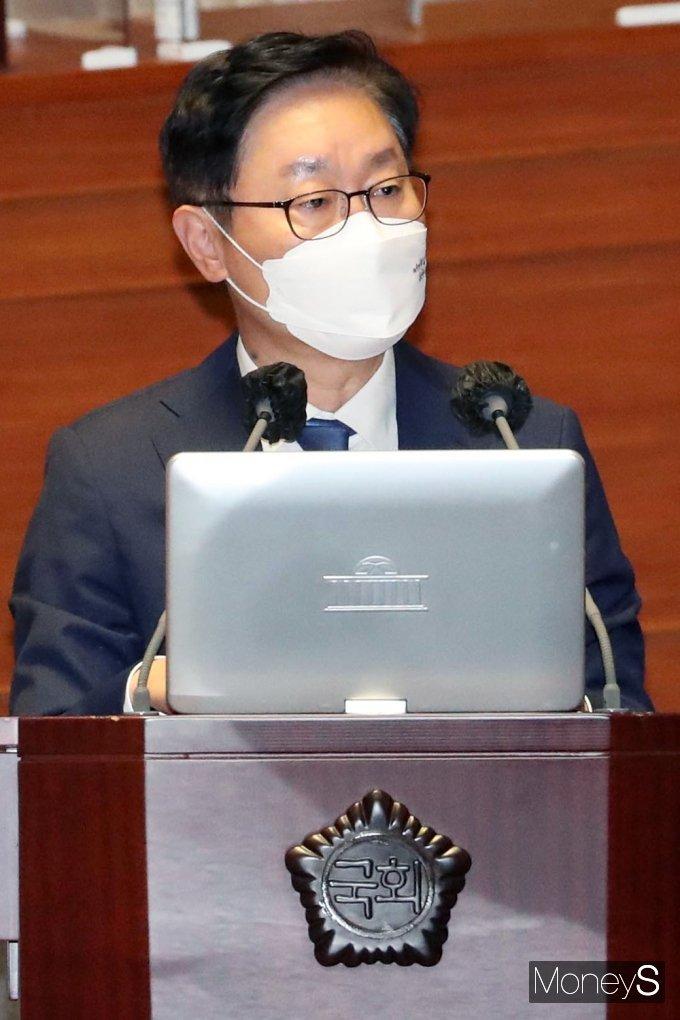 [머니S포토] 대정부 질문, 검찰개혁 관련 질의 답하는 박범계 장관