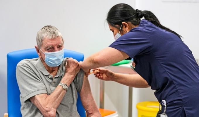 미국 정치전문매체 더힐은 지난 21일(현지시각) 300명이 넘는 영국 의료진들이 신종 코로나바이러스 감염증(코로나19) 사태가 장기화되면서 극단적 선택까지 시도했다고 보도했다. 사진은 지난 1월18일 영국 블랙번에서 백신을 접종하는 모습. /사진=로이터