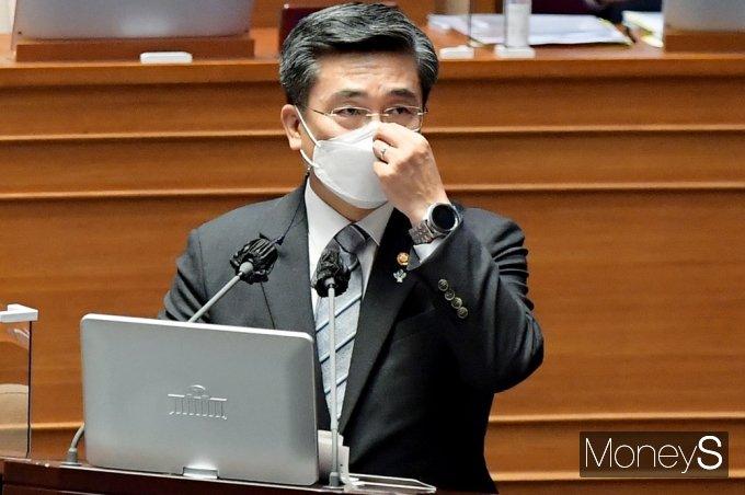 서욱 국방부 장관이 22일 정치·외교·통일·안보 분야 국회 대정부질문에서 군 성범죄의 일반법원 이관에 적극동의한다고 밝혔다. 사진은 이날 대정부질문에 참석한 서 장관의 모습. 사진=임한별기자
