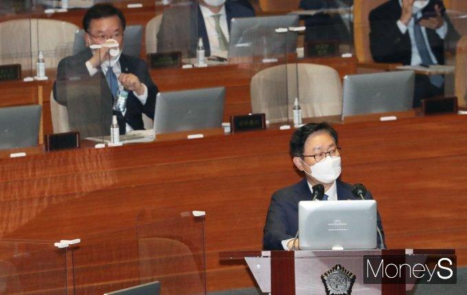 박범계 법무부장관(사진 가장 아래)이 22일 서울 여의도 국회의장에서 열린 대정부질문에 출석해 의원 질의에 답을 했다. /사진=임한별 기자