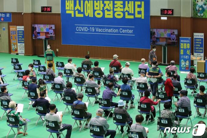 22일 오후 대전 중구 한밭체육관에 마련된 예방접종센터에서 어르신들이 백신 접종을 받고 이상반응 관찰구역에서 휴식을 취하고 있다. 2021.6.22/뉴스1 © News1 김기태 기자