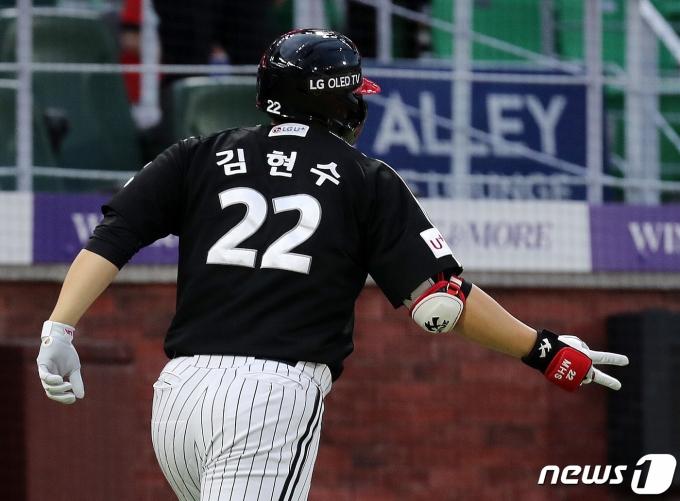 [사진] 김현수 2연타석 홈런 '브이'