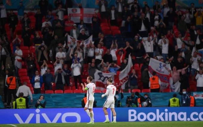 23일(한국시각) BBC는 영국 정부가 다음달에 열리는 유로 2020 준결승과 결승에 웸블리 경기장 관중을 6만명까지 입장시킨다는 내용을 보도했다. 사진은 같은날 웸블리에서 치러진 체코전에서 승리한 후 팬들에게 인사하는 해리 케인(왼쪽)과 잭 그릴리쉬. /사진=로이터