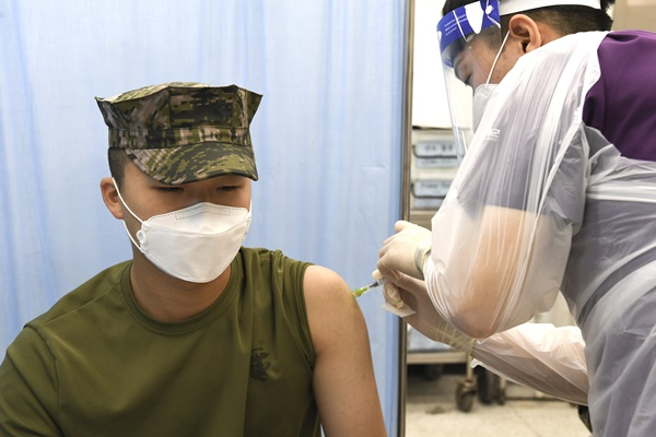 앞으로 코로나19 백신 접종을 완료하면 군대에서의 면회가 전면 허용된다. 사진은 30세 미만 장병에 대한 코로나19 백신 접종이 시작된 지난 7일 해병대 연평부대에서 장병들이 백신을 접종 받는 모습. /사진=뉴스1(해병대 제공)