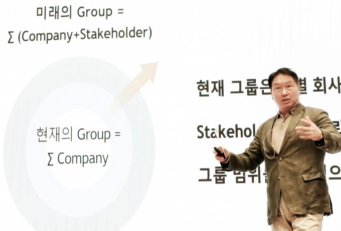 최태원 SK그룹 회장이 22일 경기 이천시 SKMS연구소에서 열린 '2021 확대경영회의'에서 마무리 발언을 하고 있다. / 사진=SK