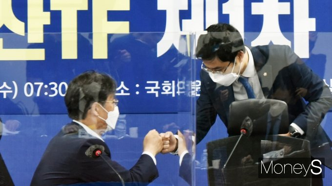 [머니S포토] 민주당 정책위 가상자산 TF, 인사 나누는 박완주·유동수