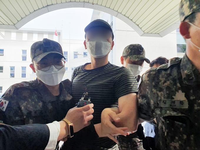 23일 군 관계자에 따르면 공군 부사관 사건과 관련해 공군 검찰 관계자 등이 피의자 신분으로 전환됐다. 사진은 지난 12일 2차 가해 혐의를 받는 노모 중사가 구속 영장실질심사에 출석하는 모습. /사진=뉴스1
