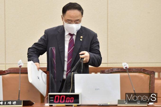 [머니S포토] 국회 기재위 회의 출석한 홍남기 부총리