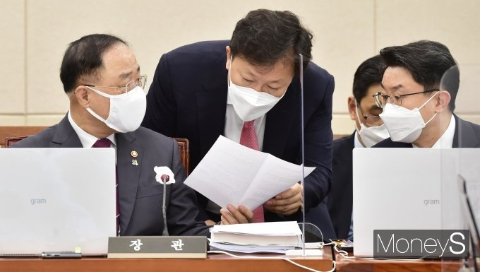 [머니S포토] 국회 기재위, 의견 나누는 홍남기 부총리