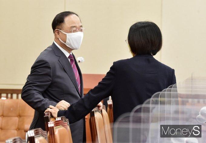 [머니S포토] 국회 기재위, 대화 나누는 '홍남기'