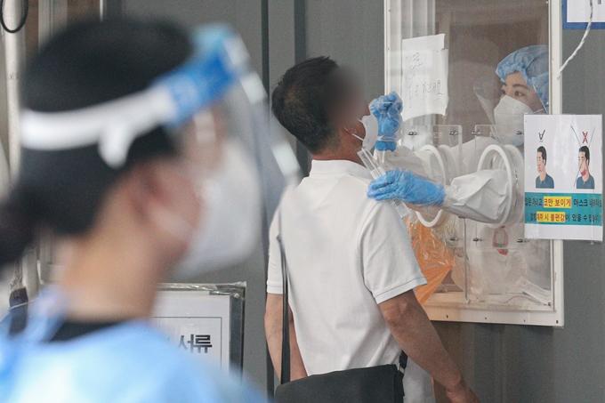 코로나19 일일 확진자 수가 23일 0시 기준 645명을 기록했다. 사진은 지난 22일 오전 서울 중구 서울역광장에 마련된 임시선별진료소에서 검체검사를 받는 시민들 모습. /사진=뉴스1