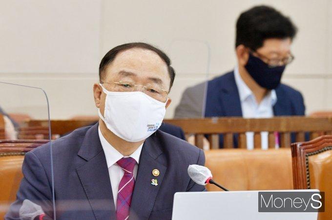 [머니S포토] 국회 기재위, 질의 답변하는 홍남기 경제부총리
