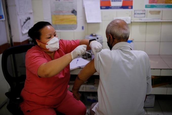 인도 보건당국이 새로운 코로나19  변이 바이러스 '델타 플러스'가 발견됐다고 발표했다. 사진은 지난 16일 인도 뉴델리에서 백신을 접종 받는 시민의 모습. /사진=로이터