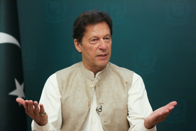 임란 칸 파키스탄 총리가 지난 22일(현지시각) 파키스탄에서 성폭력이 늘어나는 이유는 여성들이 옷을 거의 입지 않기 때문이라는 취지의 발언을 해 논란이다. /사진=로이터