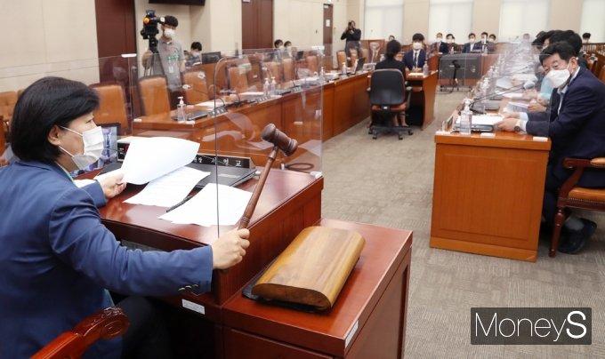 [머니S포토] 국회 행안위 통과 '대체공휴일법'…이제 본회의만 남아
