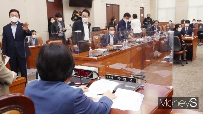 [머니S포토] 광복절 다음날 쉬는 '대체공휴확대법' 행안위 與 단독 의결