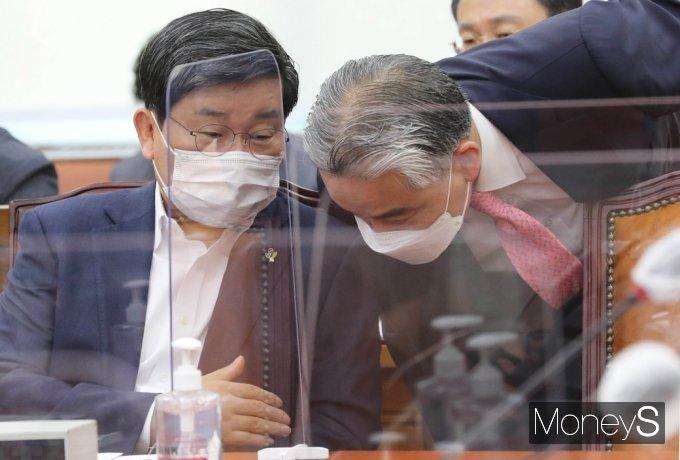 [머니S포토] 대체공휴일 국회 상임위 통과, 의견 나누는 전해철 장관