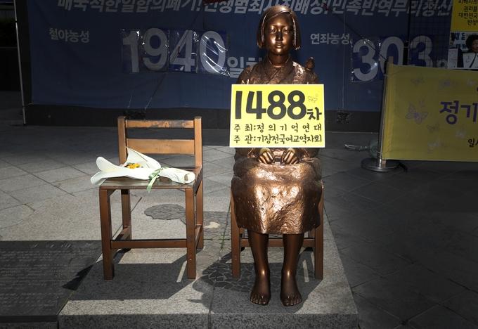 23일 법조계에 따르면 위안부 피해자들이 일본 정부를 상대로 낸 2차 손해배상 청구 소송 항소심이 내년 5월에 열린다. 사진은 지난 4월21일 서울 종로구 옛 일본도사관 앞 평화의 소녀상. /사진=뉴스1