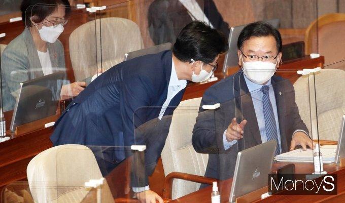 [머니S포토] 대정부 질문 둘째날… 대화 나누는 김부겸 총리