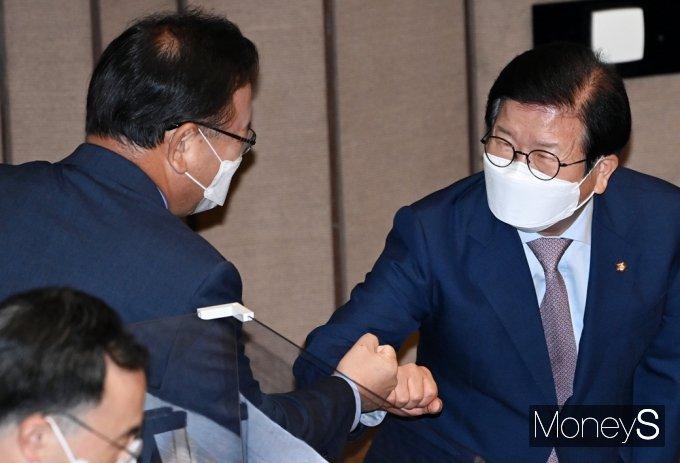 [머니S포토] 대정부질문 둘째날…주먹인사 나누는 박병석-김부겸
