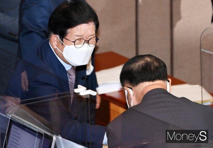 [머니S포토] 경제분야 대정부 질문, 부총리와 인사 나누는 박병석 의장