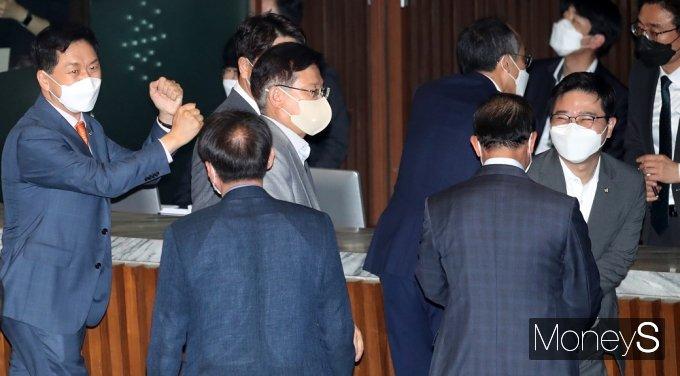[머니S포토] 대정부 질문 둘째날… 동료 의원 격려하는 국힘 '김기현'