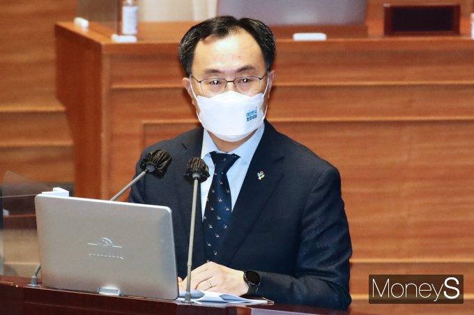 [머니S포토] 정부 탈원전 관련 질의 답하는 문승욱 산자부 장관
