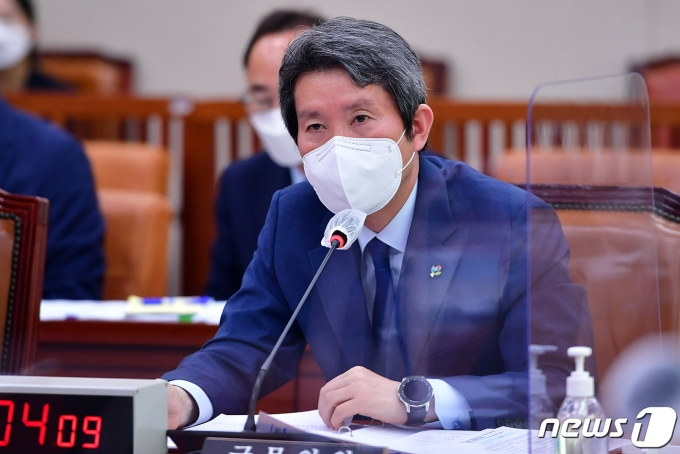 이인영 통일부 장관이 22일 국회에서 열린 외교통일위원회 전체회의에서 의원 질의에 답변을 하고 있다. 2021.6.22/뉴스1 © News1 이동해 기자