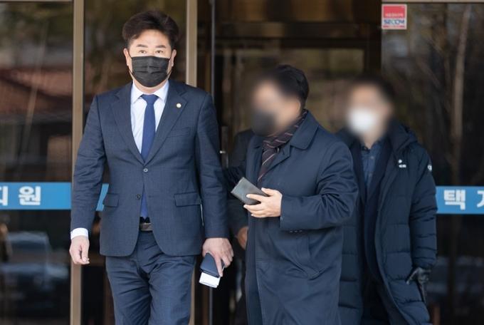 이규민 더불어민주당 의원이 23일 공직선거법 위반 혐의로 벌금 300만원을 선고받았다. 사진은 지난 1월 법정에서 나오는 이 의원의 모습./ 사진=뉴스1