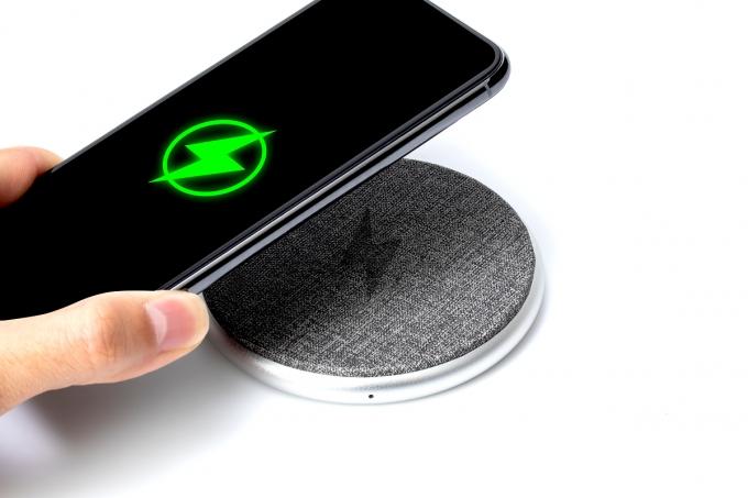 스마트폰을 충전하지 않을 때는 무선충전기를 꺼두거나 충전부가 인체를 향하지 않게 하는 게 권장된다. /사진=이미지투데이