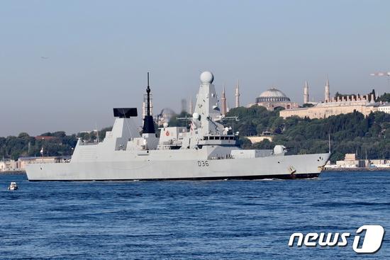 영국 구축함 HMS 디펜더. © 로이터=뉴스1