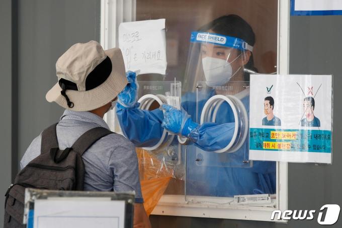 23일 서울역 광장에 마련된 중구 임시선별검사소에서 의료진이 검체채취를 하고 있다. 2021.6.23/뉴스1 © News1 안은나 기자