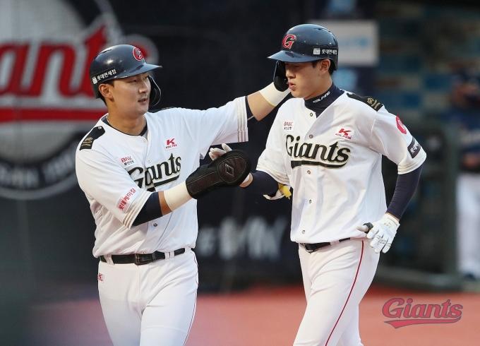 롯데 자이언츠 신인 나승엽(오른쪽)은 23일 KBO리그 NC 다이노스전에서 데뷔 첫 홈런을 신고했다.(롯데 자이언츠 제공) © 뉴스1