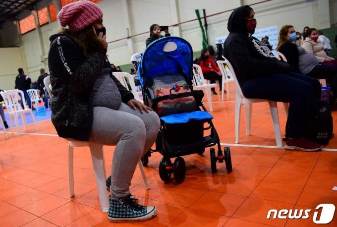 파라과이에서 임신중인 여성이 코로나19 백신 접종 순서를 기다리고 있다. © AFP=뉴스1