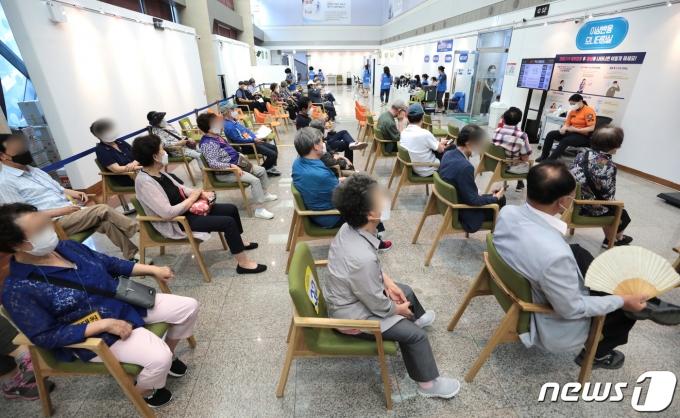 지난 22일 서울 용산구청에 마련된 코로나19 예방접종센터에서 백신 접종을 마친 시민들이 이상반응 모니터링실에서 대기하고 있다. 2021.6.22/뉴스1 © News1 이성철 기자