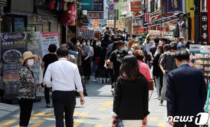 지난 21일 서울 명동에서 시민들이 점심식사를 하러 식당으로 향하고 있다. 2021.6.21/뉴스1 © News1 김명섭 기자