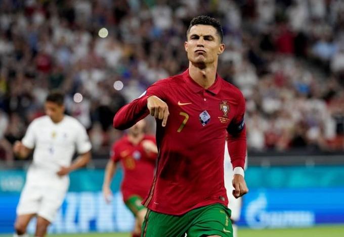 유로 2020 '죽음의 조'로 꼽히던 F조에서 프랑스, 독일, 포르투갈이 16강 진출에 성공했다. 사진은 24일(한국시각) 프랑스와의 조별라운드 3차전에서 골을 기록하고 환호하는 크리스티아누 호날두의 모습. /사진=로이터