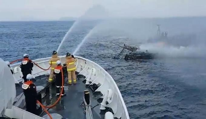 24일 제주 우도 해상에서 한 낚시 어선에 불이 났으나 탑승객 전원이 구조됐다. 사진은 화재 진화작업을 펼치는 해경. /사진=뉴스1(제주해양경찰서 제공)