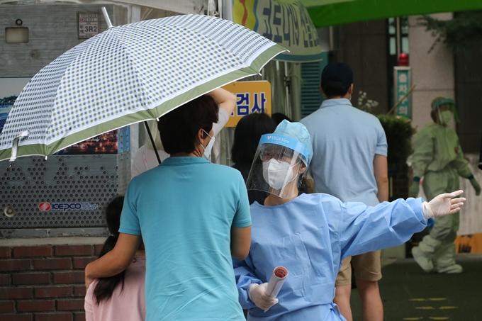 코로나19 일일 확진자 수가 24일 0시 기준 610명을 기록했다. 사진은 지난 23일 대전 서구보건소 선별진료소에서 검사 안내를 받는 시민들 모습. /사진=뉴스1