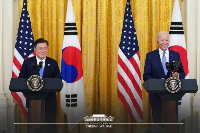 지난 22일 일본 요리우리신문은 조 바이든 미국 대통령(오른쪽)이 도쿄올림픽에 불참할 것이라고 보도했다. 사진은 지난달 21일(현지시각) 백악관에서 진행된 한미정상회담 뒤 기자회견에 참가한 두 정상의 모습. /사진=뉴스1
