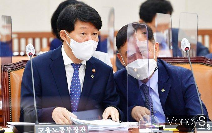[머니S포토] 국회 환노위, 의견 나누는 고용부 안경덕-박화진